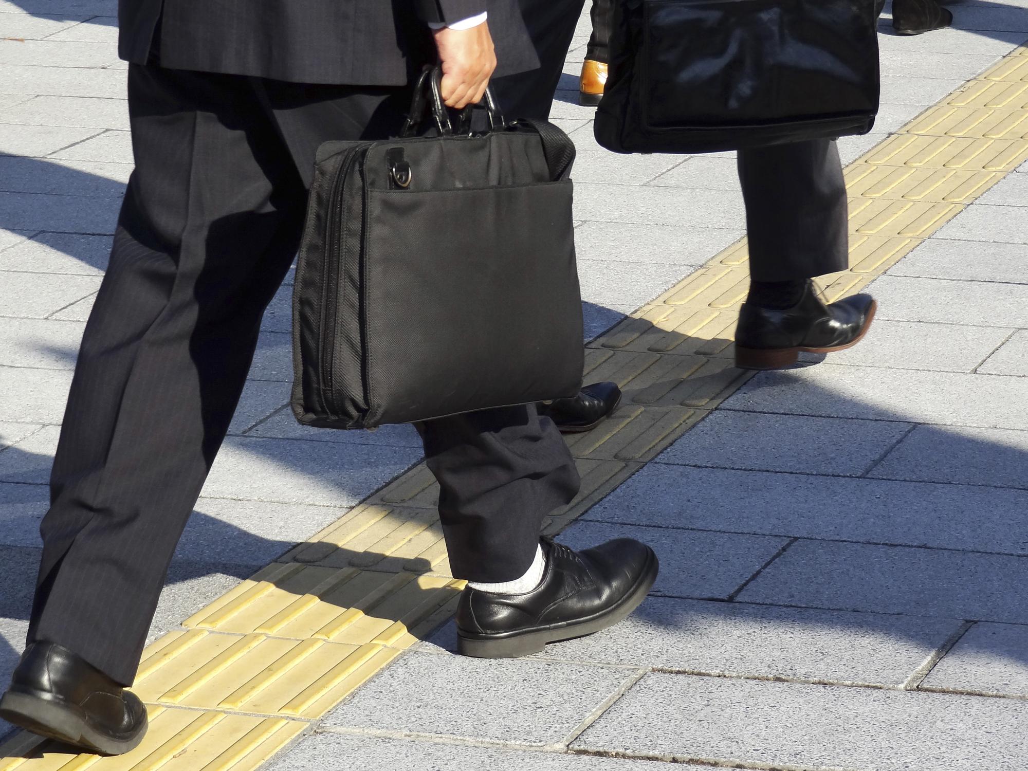 足元を見る人の特徴 心理 対処法 職場の人間関係110番 苦手な上司